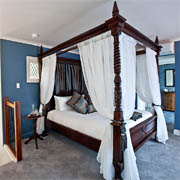 Castle on Tamborine, four poster bed, luxury cottages